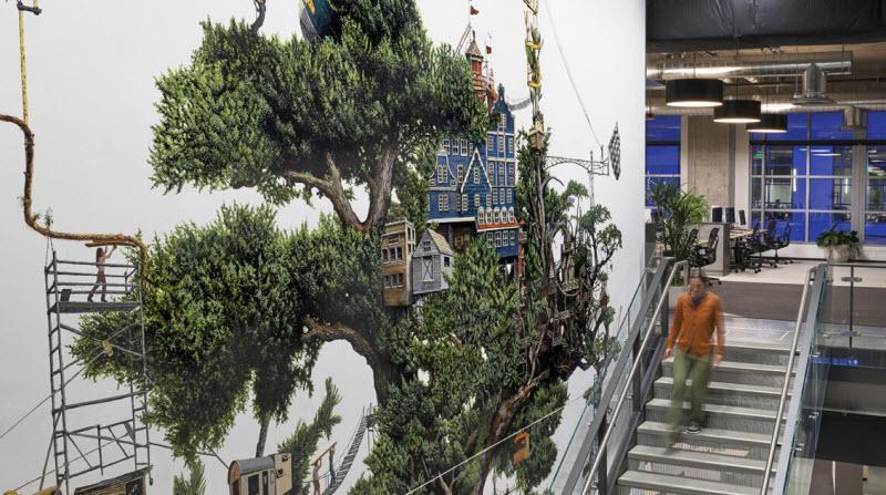 این طراحی خلاقانه از یک درخت، راه پله کسل کننده این شرکت را به یک باره سرزنده و پر از حس زندگی نموده